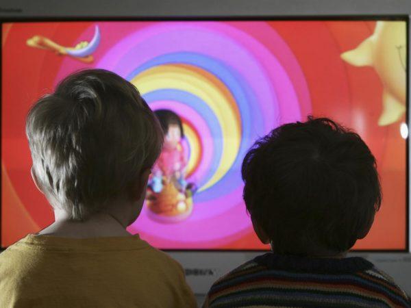 Troppa televisione fa male ai bambini? Ecco gli effetti della tv sul rapporto genitori e figli