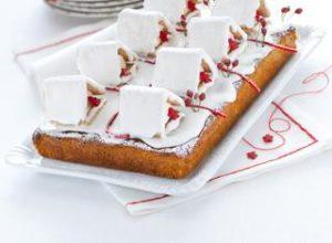 Torta con pasta di mandorle e casette innevate