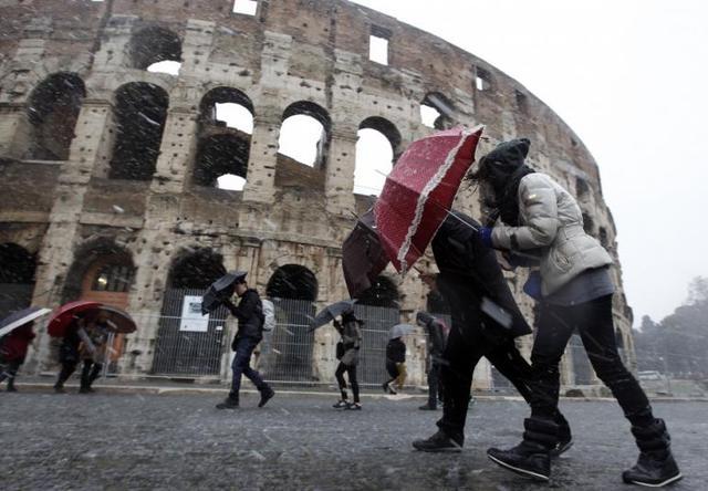 Vento forte a Roma oggi: 1 morto per caduta albero