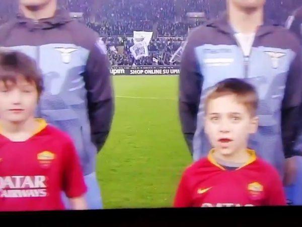 Lazio Roma 3 0 bambino con maglia della Roma dice Forza Lazio: il video virale
