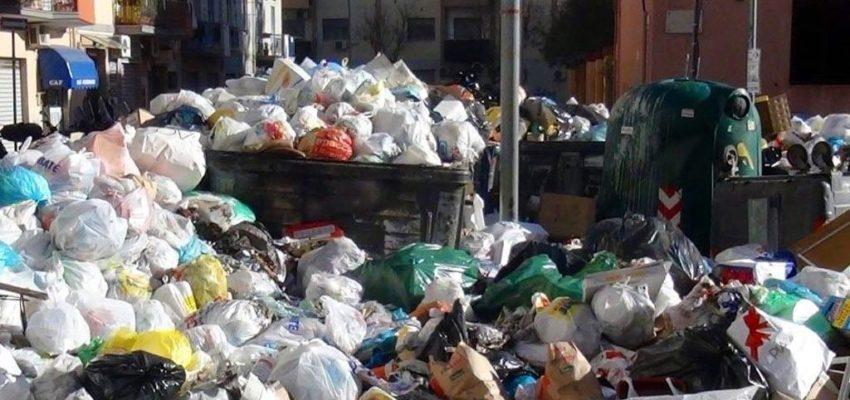Roma invasa dall'immondizia: la foto shock di Alessandro Gassmann crea polemica